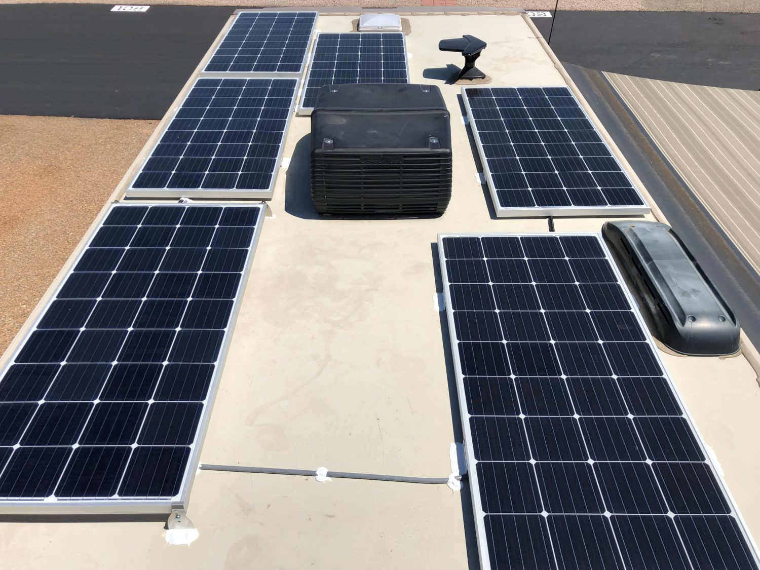 6x175W Solar Panels Installed on Roof of Winnebago Minnie Winnie